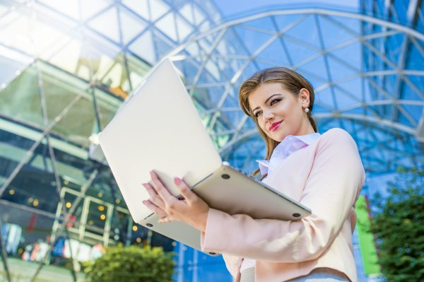 Летен режим на работа в офиса: Как да подобрим продуктивността?